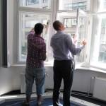 Praxistraining: BNA Schüler und 3B Mitarbeiter üben das Fensterputzen