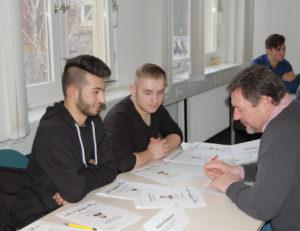FU im Gespräch mit einem Schüler beim Azubi-Casting